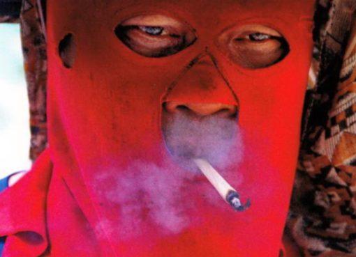 Bettler mit Kälteschutz und Zigarette