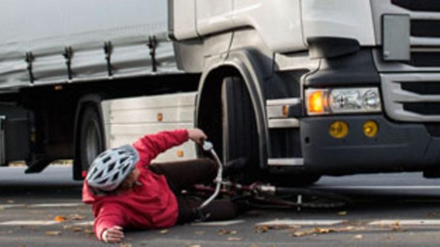 Abbiegeunfall: LKW gegen Radfahrer
