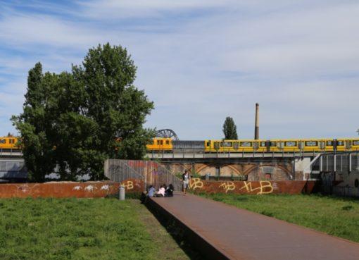 Zusammentreffen von zwei U-Bahnen am Gleisdreieck