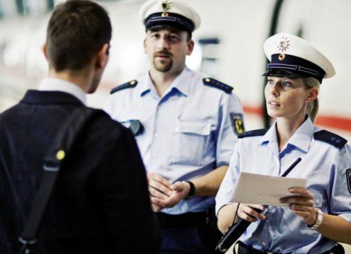 Bundespolizisten im Gespräch