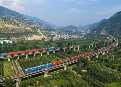 Zwei Güterzüge der China Railways