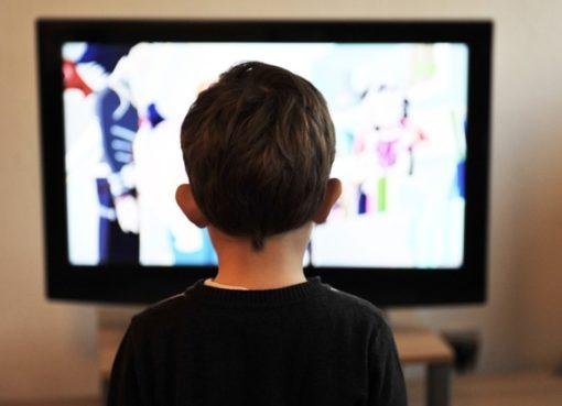 Kin vor dem TV-Gerät