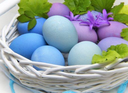 Oster-Deko: LiLa-Eier im Korb