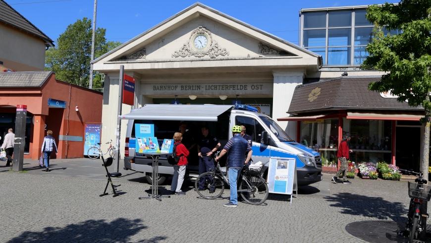 Mobile Wache am Bahnhof Lichterfelde-Ost