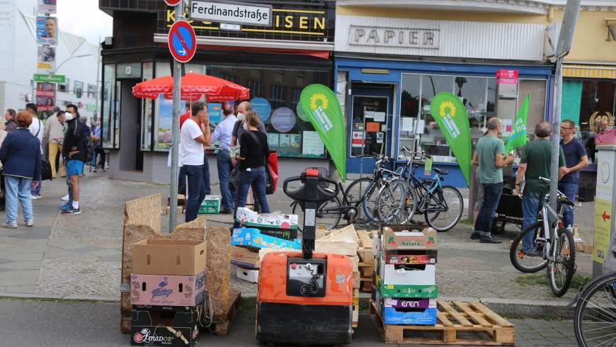"""Markttag und Wahlkampf am Kranoldplatz : bunte Stände von Parteien - im Vordergrund """"illegale Sondernutzung des Straßenlandes"""" als Abfalllager ohne Genehmigung, die übersehen und toleriert wird! - Foto: szz"""